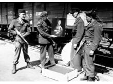 """Lt. Frank P Albright m.fl. poserar med Leonardo da Vincis """"Dam med hermelin"""" vid dess återkomst till Polen i april 1946."""