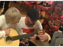 Artisten Martin Stenmark, ambassadör för Musikbojen, delade ut instrument 2 maj 2018