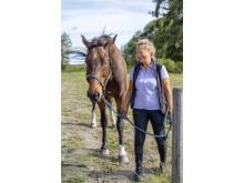 Gunilla Uhlin-Friberg har sin häst Trustor på Nynäs Gård
