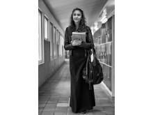 Aila, finsk kaalerom, i korridoren i sin skola i Sverige.