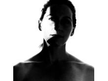 Porträttbild (svartvit) av Anna Einarsson, som disputerar vid Kungl. Musikhögskolan 17 november 2017