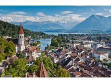 Thun: Sicht auf die Stadt mit Schloss und See