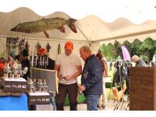 Besökare i Fiskelunden kolla in fiskenyheterna i utställarnas montrar.