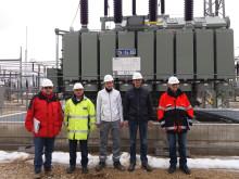 Peter Berge-Beeson von NATURSTROM AG und Stefan Schmitt, Florian Pistor, Matthias Nölkel und Jens-Michael Michel vom Bayernwerk (von links) stehen vor dem neuen Netztransformator.