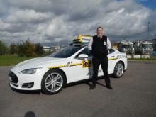 Tesla S och Arné Rosen, åkare i Taxi Göteborg