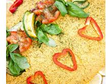 Ängsbacka är känt världen över för sin fantastiska vegetariska mat som serveras på festivaler och kurser. Under Hållbarhetshelgen 27-29 maj finns det möjlighet att boka sin måltid eller besöka cafét som håller öppet hela helgen.