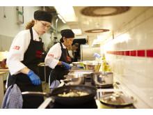 Årets Felix - Manida Lindblom och Sofia Angel under förberedelserna i köket