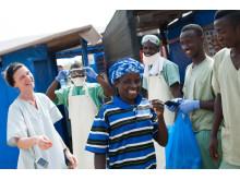 Patienten Finda har deltagit i läkemedelsprövningen och skrivs ut från ebolacentret i Guéckédou, Guinea. Foto: Peter Casaer/Läkare Utan Gränser.