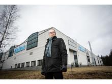 """Eroon hintariskistä. """"Tuntuu hienolta, kun tällainen teollisuuslaitos voi todeta, ettei se enää käytä uusiutumattomia luonnonvaroja. Samalla pääsemme eroon yhteen energiantoimittajaan liittyvästä hintariskistä"""", sanoo tehdaspäällikkö Pekka Kyllönen."""