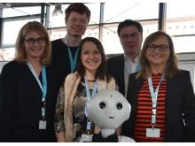 MANNHEIM. Ein kleiner Roboter wird zum großen Hingucker – Pepper's Auftritt an der Hochschule der Wirtschaft für Management (HdWM)in Mannheim zeigt Technologie zum Anfassen. Und Pepper bewegte sich unter den zahlreichen Gästen in der schmucken Aula d