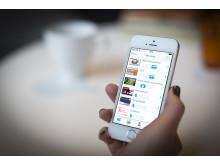 Kvinna som använder appen Loyo, närbild 2.