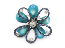 Moderna 14/6, Nr: 309, ANDREOLI, ring, 18K vitguld, kronblad av blå pärlemor