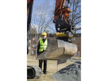 Östhammarshems vd Anders Erixon kikar på när en symbolisk första grop grävs.