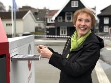 Ordfører Kari Anne Sand i Kongsberg får den første sendingen som er levert i byen.