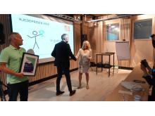 Eldre- og folkehelseminister Åse Michaelsen deler ut prisen Beste frukt- og grøntkjede Meny