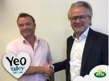 Tim Mead (links), Bio-Landwirt und Verwalter der Yeo Valley Group mit Peter Giørtz-Carlsen, Executive Vice President und Europa-Chef bei Arla Foods nach der Vertragsunterzeichnung.