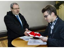 Christer Zettergren lämnar över direktiv om vård för papperslösa