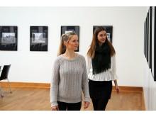 """Besucherinnen in der Ausstellung """"Reporter auf drei Rädern"""""""