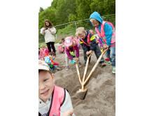 Barnen tar första spadtaget till Råbäckens nya skola