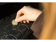Tarkista renkaiden urasyvyys kahden euron kolikolla