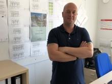 Poul Donhou fra Scandi Byg henter dokumenter til kvalitetssikring samtidig med at han bestiller materialerne