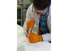 Doktoranden Michael Jury har testat hydrogelens egenskaper.