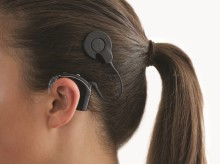 Cochlear™ Nucleus® 7 Soundprozessor im Profil_Cochlear Ltd_landscape