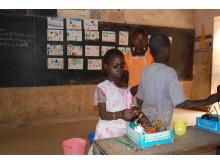 Barn i Mali målar