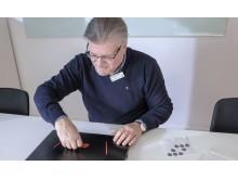 På DNA-märkta datorer sätter Per Padovano ett klistermärke som ska avskräcka tjuvar.