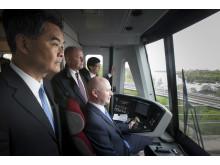 Hongkongs regeringschef Mr Leung i förarhytten på tunnelbana