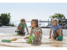 Børn leger på vandlegepladsen