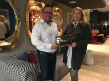 Christine Vitt (re.) überreicht Holger Berg die Plakette mit vier Sternen für das Mercure Berlin Wittenbergplatz