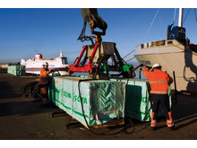Timberbridge lastning av sågat trä i hamn