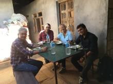 Mikka, Mohan und Freunde vor dem Haus