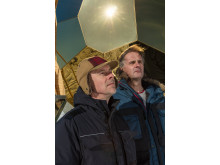 Mats Bigert och Lars Bergström med verket Solar Egg i bakgrunden.