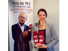 Produktsjef Mona Lindgren med Friele reklamemateriell for Farmen