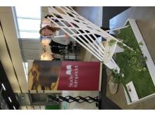 Felicia Kilander med sin stol Maua - Balkongstolen