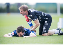 IFK Göteborgs Mads Albaek får stretchinghjälp av fysioterapeut Fredrik Larsson