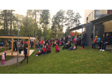 Barnen på Mariebergs förskola utför Trädfällardansen