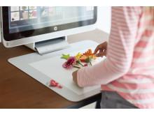 En ung jente scanner blomster inn på Sprout by HP