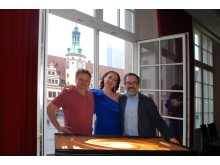 Veranstalter Henrik Dantz mit der Sandmalerin Alla Denisova und Produzent Dimitrij Sacharow