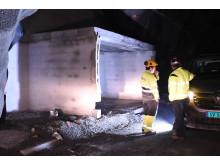 Det er røffe forhold inne i tunnelen, og murerne må ha med seg alt, inkludert strøm. Da er det godt å kunne arbeide med et håndverkervennlig materiale.