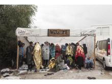 Flyktingar väntar utanför Morialägret på Lesbos i oktober 2015.