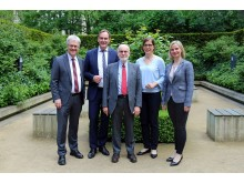 Prof. Dr. Peter Wollny, Burkhard Jung, Ton Koopman, Dr. Skadi Jennicke, Franziska Grimm (v.l.) im Garten des Bosehauses