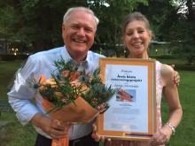 Glada och stolta vinnarna Anders Söderman, vd och distriktschef Marie Werner från Bostads AB Poseidon