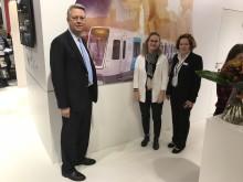 Michael Thulin, Annelie Andersson och Monica Öhlander på Bombardier framför det nya C30-tåget som ska trafikera Stockholms tunnelbana.
