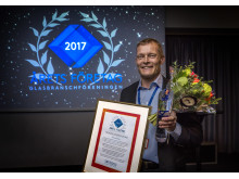 Jan Lindholm, vd på Fasadglas Bäcklin AB, tar emot priset Årets Företag i Glasbranschen 2017