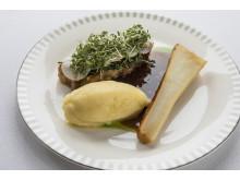 """Huvudrätt """"Stekt fläsk av confiterat grisbröst med persiljesås och rabarbergelé"""" – Danmarks nationalrätt i nytolkning av Kokkeriet och Singapore Airlines"""