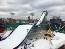 Baseballbanen Fenway Park er bygd om til snowboardarena for anledningen. Foto: Snowboardforbundet