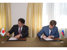 Kirill Lipa, CEO of Transmashholding, and Kiyoshi Nakata, Deputy COO Rolling Stock of Railway Systems Business Unit, Hitachi sign a Joint Venture agreement
